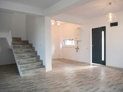 Casa 4 camere- Ansamblu Privat- Strada asfaltata si iluminata